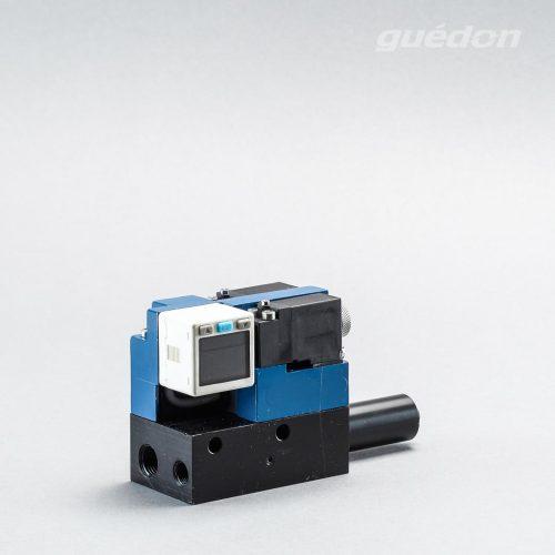Ejektor V2i Mini: Vakuumerzeuger mit elektrischem 5/3 Wegeventil als ISO-Ventil, Mittelstellung geschlossen, Schalldaempfer, Vakuumschalter mit Digitalanzeige