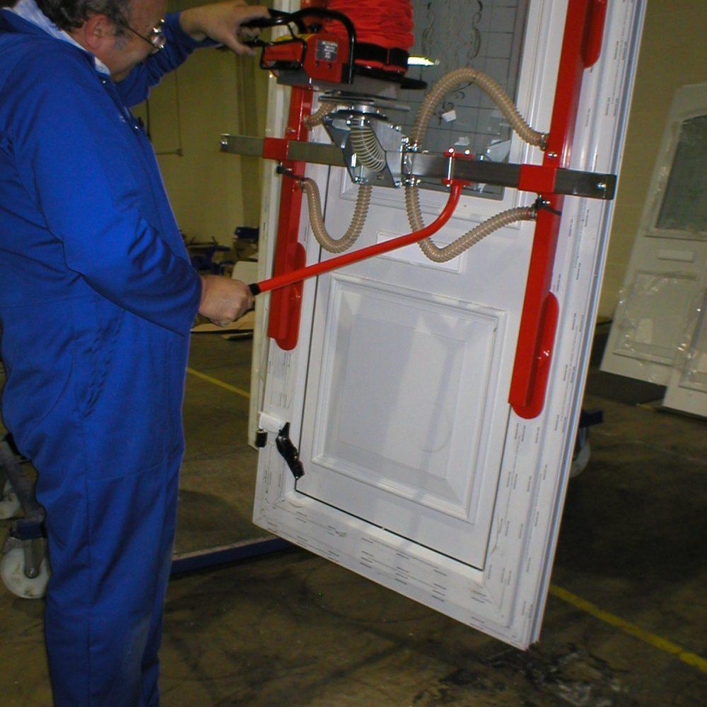 eco SmiLift schwenkbar für die Handhabung von Haustüren